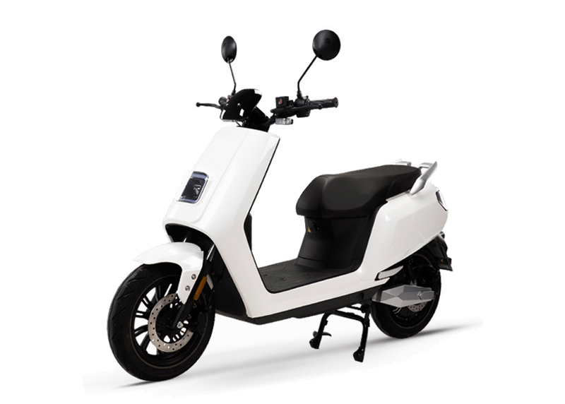 e-xtra-scooter-weiss-perspektivisch-front-e-leven-mobility