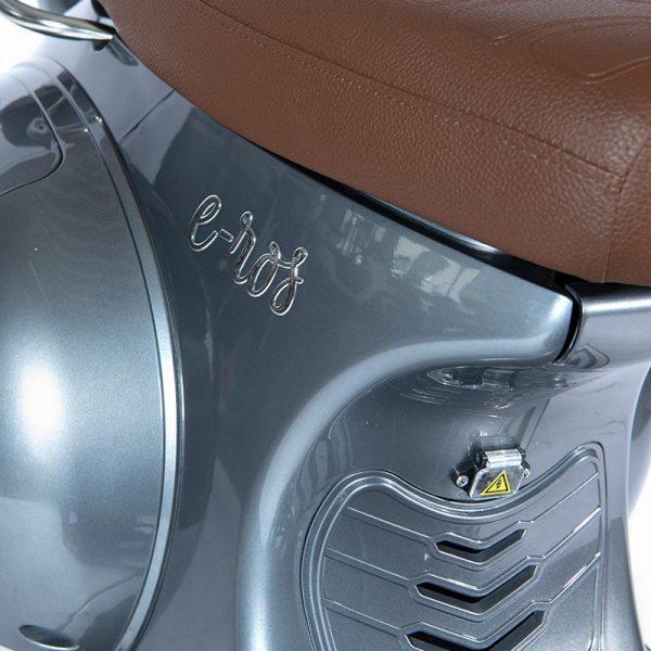 e-ros365 Scooter / Roller grau Sattel- und Schriftzug-Detail – E-LEVEN Mobility Solutions