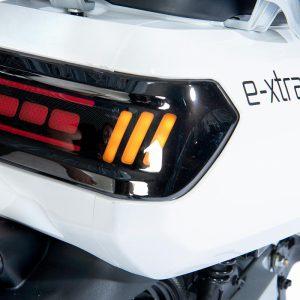 e-xtra Scooter / Roller weiß / Leuchten-Detail Schriftzug - E-LEVEN Mobility Solutions