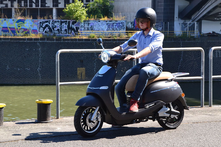 Tinbon TB-F10 Elektro-Scooter 50er e-Roller mit Fahrer E-LEVEN mobility solutions